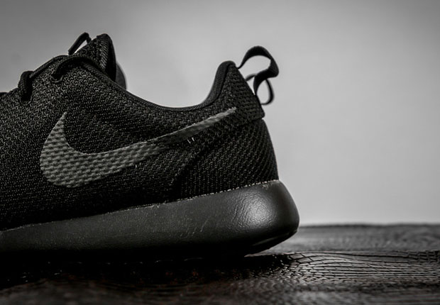 nike-roshe-run-triple-black-2