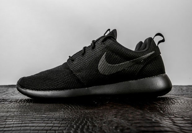 nike-roshe-run-triple-black